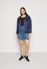 ONLY Carmakoma - CARVERA LIFEKNEE SKIRT - Denim skirt - medium blue denim - 1