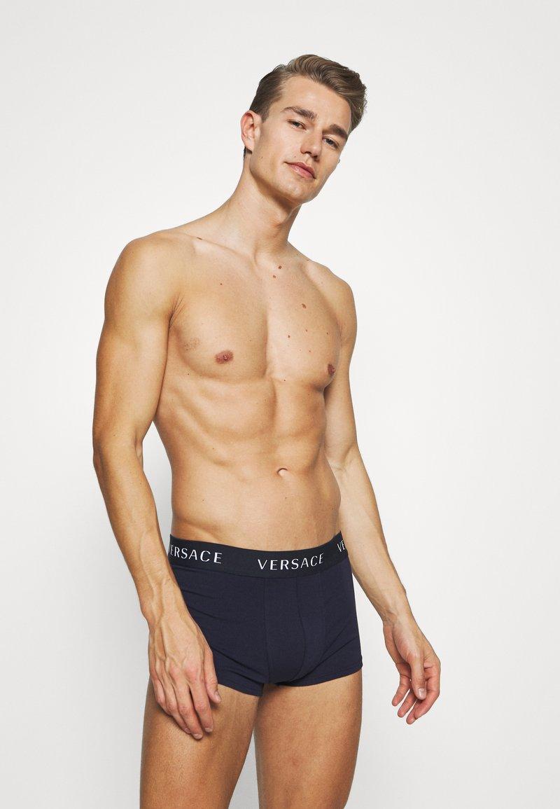 Versace - PARIGAMBA BASSO INTIMO UOMO 2 PACK - Pants - dark blue/white