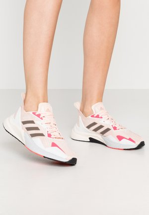X9000L3 BOOST SPORTS RUNNING SHOES - Matalavartiset tennarit - glow pink/pink tint/core black