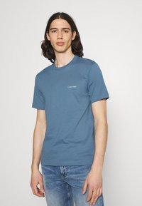Calvin Klein - CHEST LOGO - T-shirt - bas - blue - 0