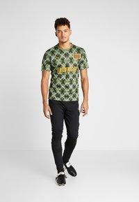 Puma - MOSCOW - T-shirt med print - capulet olive - 1