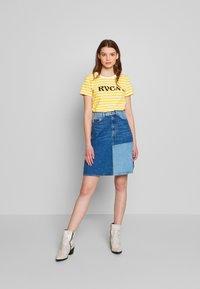 RVCA - MURPHY STRIPE TEE - T-shirt z nadrukiem - yellow - 1