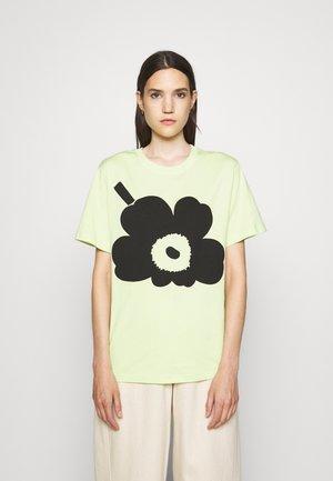 KIOSKI HIEKKA UNIKKO PLACEMENT T-SHIRT - Printtipaita - light green/black