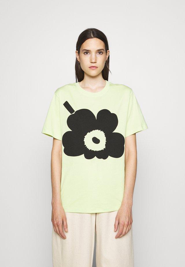 KIOSKI HIEKKA UNIKKO PLACEMENT T-SHIRT - T-shirt print - light green/black