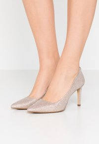 MICHAEL Michael Kors - DOROTHY FLEX  - Klassiske pumps - pale gold - 0