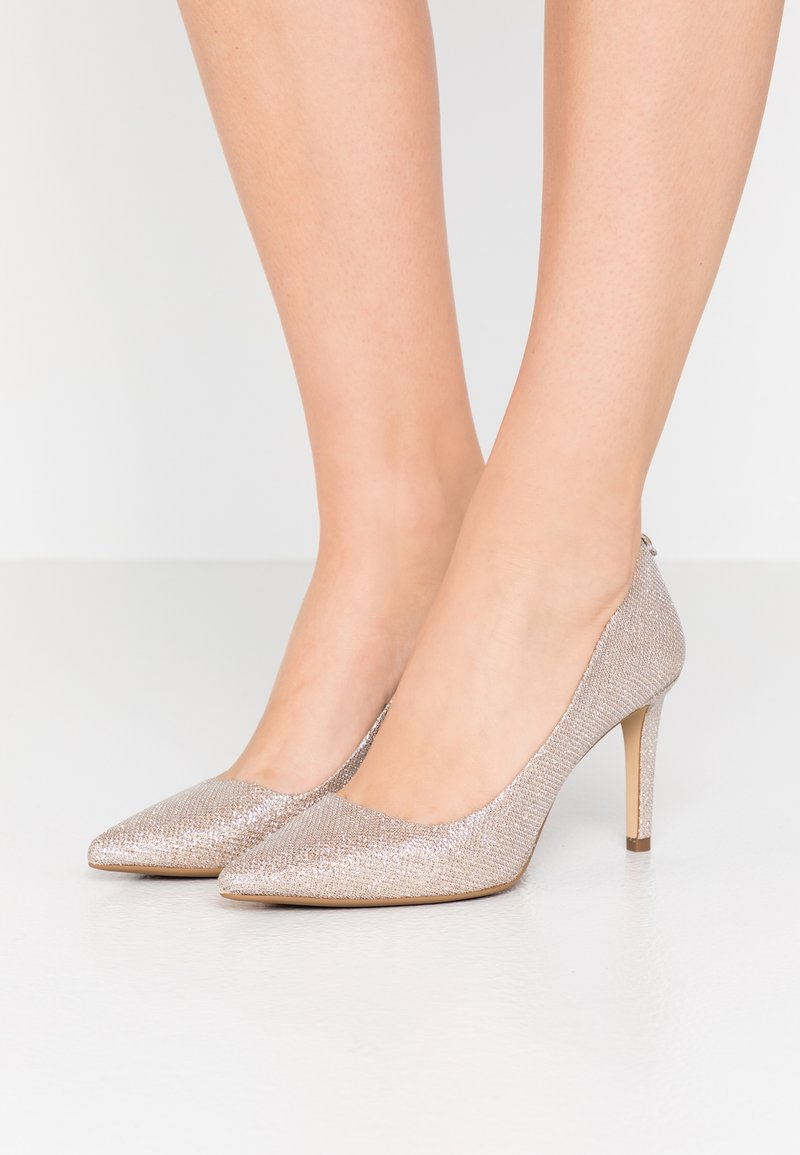 MICHAEL Michael Kors - DOROTHY FLEX  - Klassiske pumps - pale gold