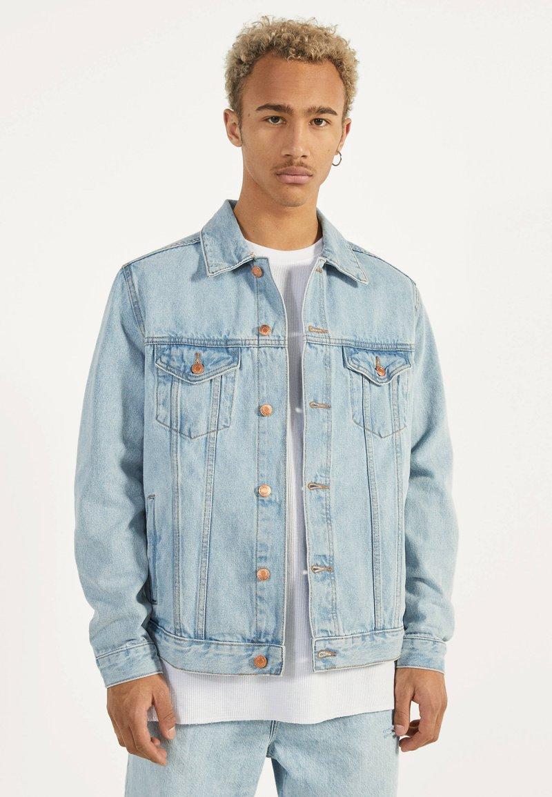 Bershka - JEANSJACKE IM REGULAR-FIT 01273503 - Kurtka jeansowa - blue