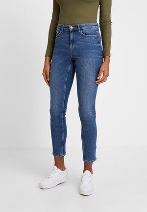 PCIRENE SLIM MW ANK JEANS MB234-VI - Slim fit jeans - medium blue denim