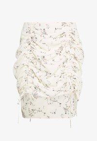 Missguided Petite - DITSY FLORAL RUCHED MINI SKIRT - Minifalda - cream - 0