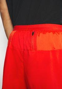 Nike Performance - STRIDE  - Pantalón corto de deporte - chile red/reflective silver - 4