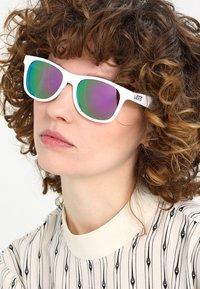 Vans - MN SPICOLI 4 SHADES - Gafas de sol - white - 3