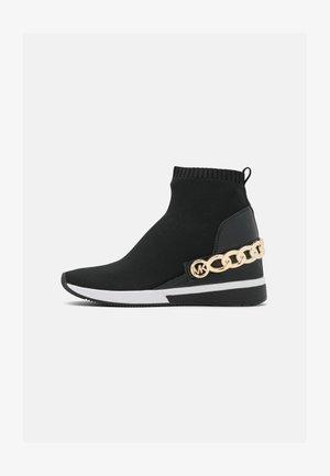 SKYLER BOOTIE - Kotníkové boty na klínu - black