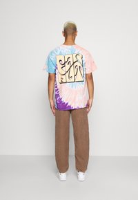 Vintage Supply - SPIRAL TIE DYE WITH FAR OUT SUN GRAPHIC - Print T-shirt - multicoloured - 2