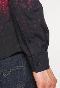 Twisted Tailor - JONAK - Košile - black/pink - 5