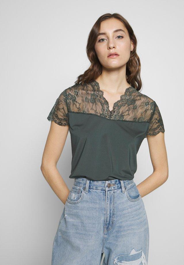 T-shirt z nadrukiem - urban chic