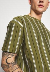 New Look - VERT STRIPE TEE - T-shirt print - light khaki - 5