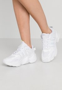 adidas Originals - MAGMUR RUNNER SPORTS INSPIRED SHOES - Trainers - footwear white - 0