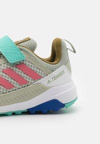adidas Performance - TERREX TRAILMAKER - Trekingové boty - halo green/hazy rose/acid mint - 5