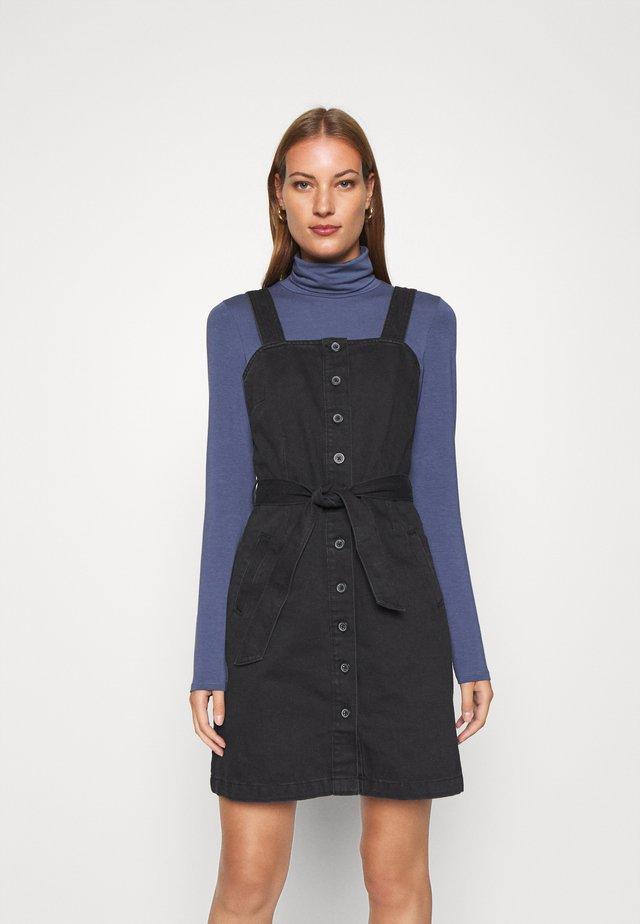 BELTED PINNY DRESS - Jeanskleid - black