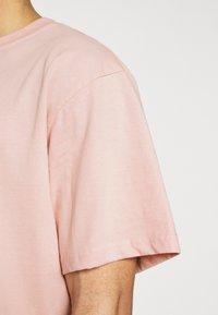 Karl Kani - SMALL SIGNATURE TEE UNISEX  - Print T-shirt - rose - 4