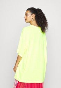 Weekday - HUGE  - Basic T-shirt -  neon yellow - 2