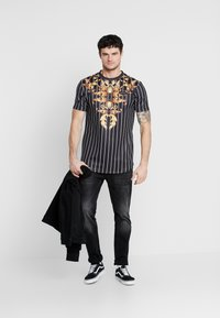 Supply & Demand - CADENCE - Print T-shirt - black/gold - 1