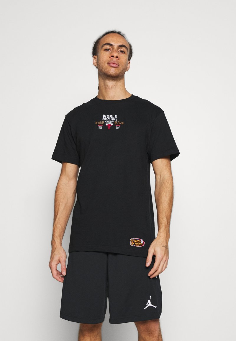 Mitchell & Ness - NBA CHICAGO BULLS DEADSTOCK CHAMPS TEE - Article de supporter - black