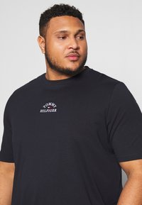 Tommy Hilfiger - ARCH TEE - T-shirt con stampa - blue - 3