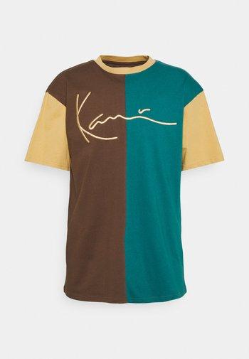 SIGNATURE BLOCK TEE UNISEX - Print T-shirt - brown