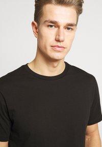 Burton Menswear London - 5 PACK - T-shirt - bas - white - 6