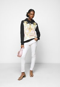 Versace Jeans Couture - LADY LIGHT - Mikina - black/pink confetti - 1