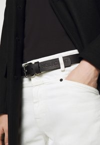 Neil Barrett - LOGO SQUARE BUCKLE BELT - Pásek - black - 1