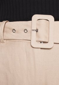 Forever New - CAMILLA BELTED CULOTTE PANTS - Kalhoty - beige/nude - 4