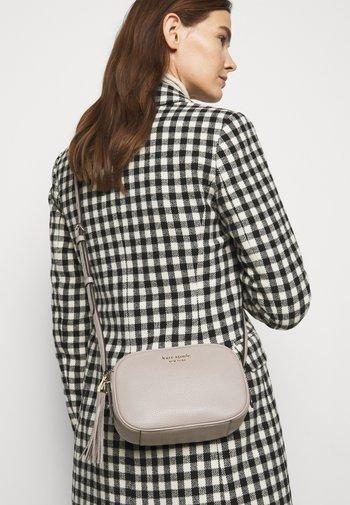 MEDIUM CAMERA BAG - Across body bag - warm taupe