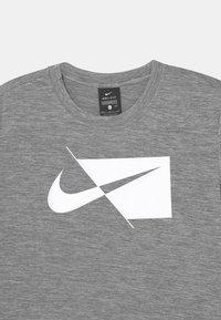 Nike Performance - PLUS - Triko spotiskem - smoke grey/white - 2