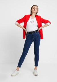 Tommy Jeans - SLIM MODERN LOGO TEE - T-shirt basique - classic white - 1