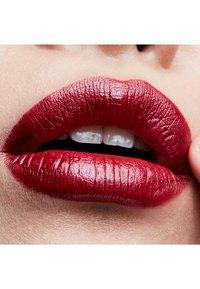 MAC - CREMESHEEN LIPSTICK - Lipstick - party line - 2
