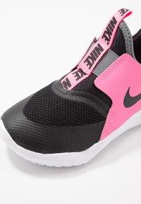 Nike Performance - FLEX RUNNER - Hardloopschoenen neutraal - black/pink glow/smoke grey - 2