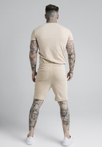 SIKSILK - ALLURE STRAIGHT HEM GYM TEE - T-shirt basic - beige - 2
