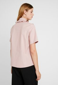 Sister Jane - TESTUDO BOW BLOUSE SHORT SLEEVE EXCLUSIVE - Button-down blouse - pink - 2