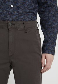 rag & bone - FIT 2 CLASSIC CHINO - Chinosy - grey - 3