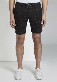 TOM TAILOR DENIM - TOM TAILOR DENIM HOSEN & CHINO GEMUSTERTE CHINO SHORTS - Shorts - black small leaves print - 0