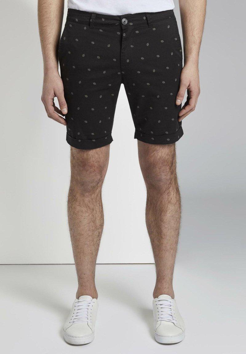 TOM TAILOR DENIM - TOM TAILOR DENIM HOSEN & CHINO GEMUSTERTE CHINO SHORTS - Shorts - black small leaves print