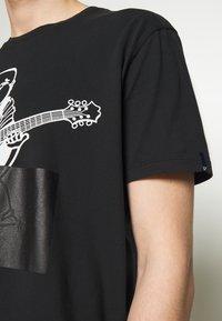 True Religion - CREWNECK BUDDA EMBOSSED - Print T-shirt - black - 5