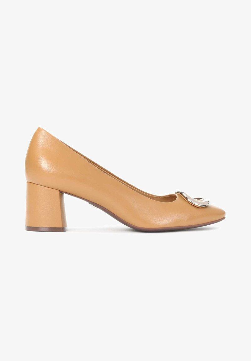 Kazar - GAURA - Classic heels - light brown