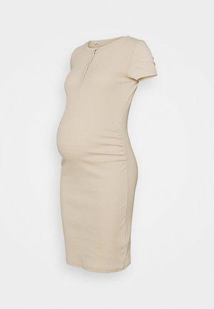 HENLEY SHORT SLEEVE DRESS MATERNITY - Strikket kjole - latte