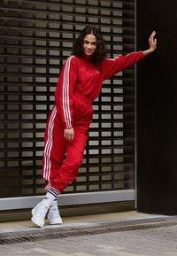 adidas Originals - LOCK UP ADICOLOR NYLON TRACK PANTS - Joggebukse - red - 5