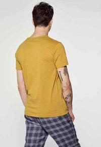 MDB IMPECCABLE - Print T-shirt - ochre - 2