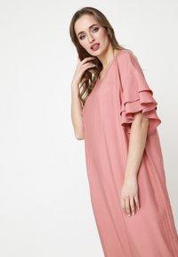 Madam-T - SATINESSA - Maxi dress - pulver - 4