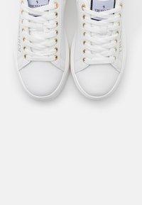 Trussardi - YRIAS LOGO PRINT - Sneakers basse - white/gold - 6
